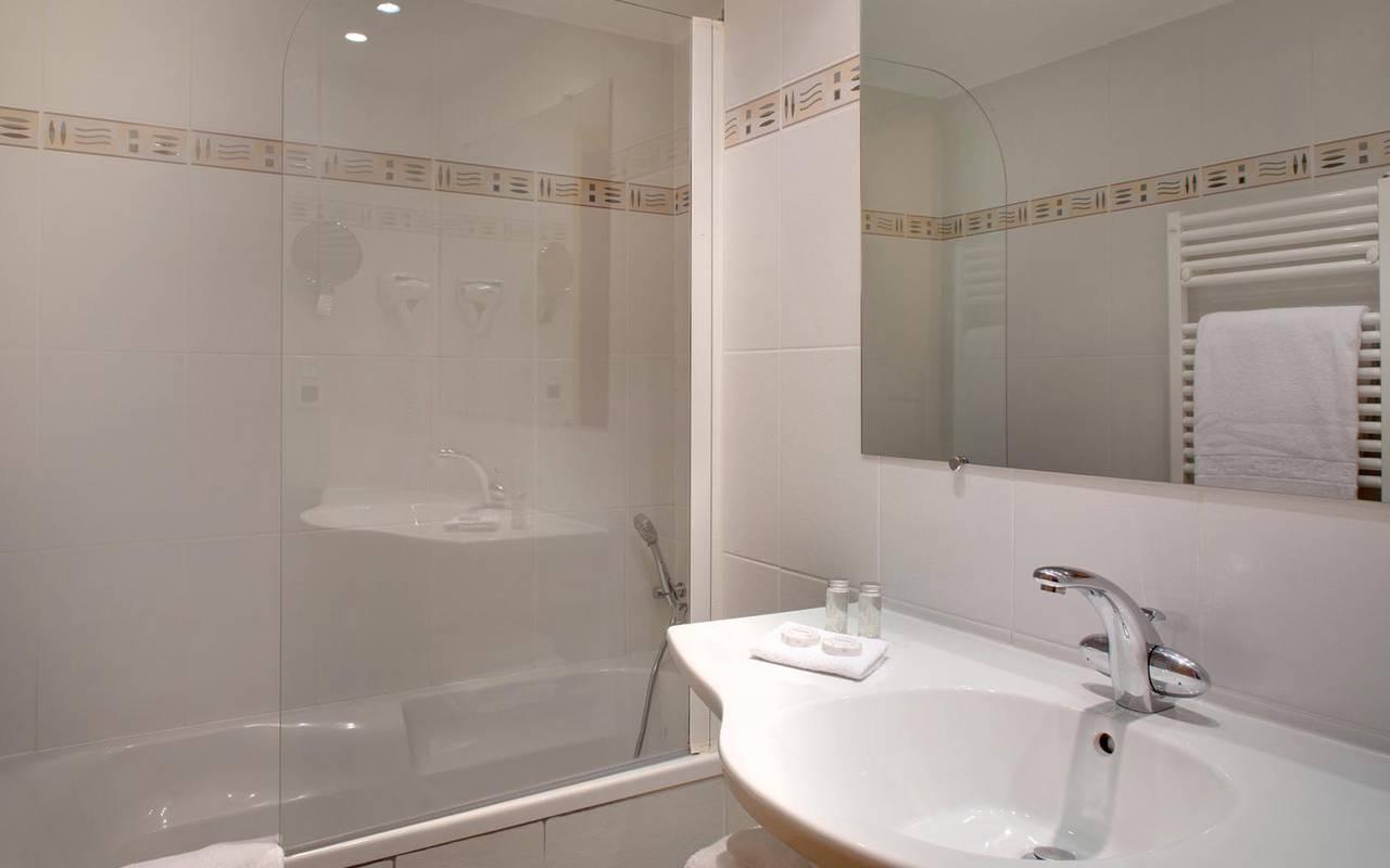 Modern bathroom hotel near to Saint-Pierre abbey
