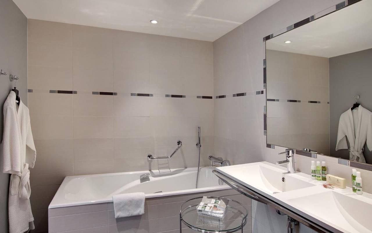 Sleek bathroom Solesmes 3 stars hotel Sarthe