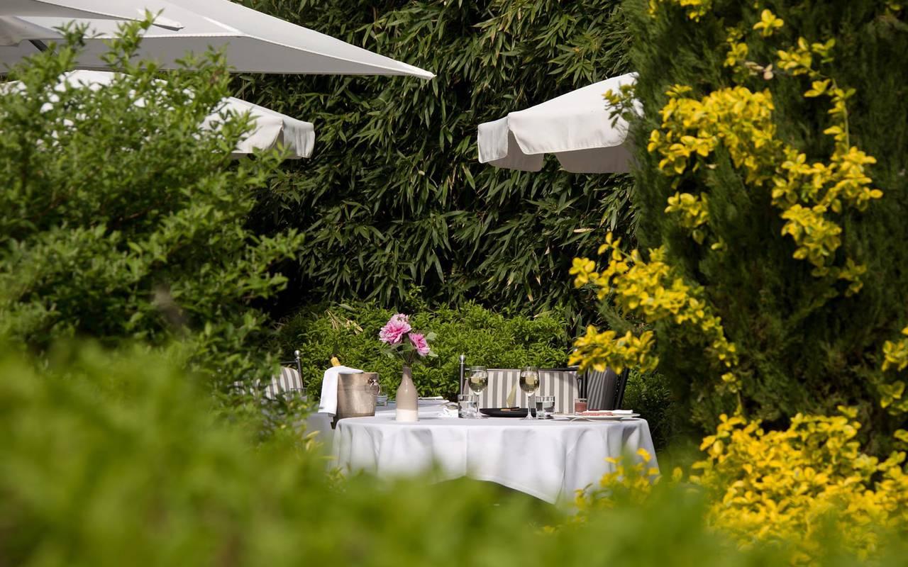 Table du jardin extérieur du Grand Hôtel de Solesmes