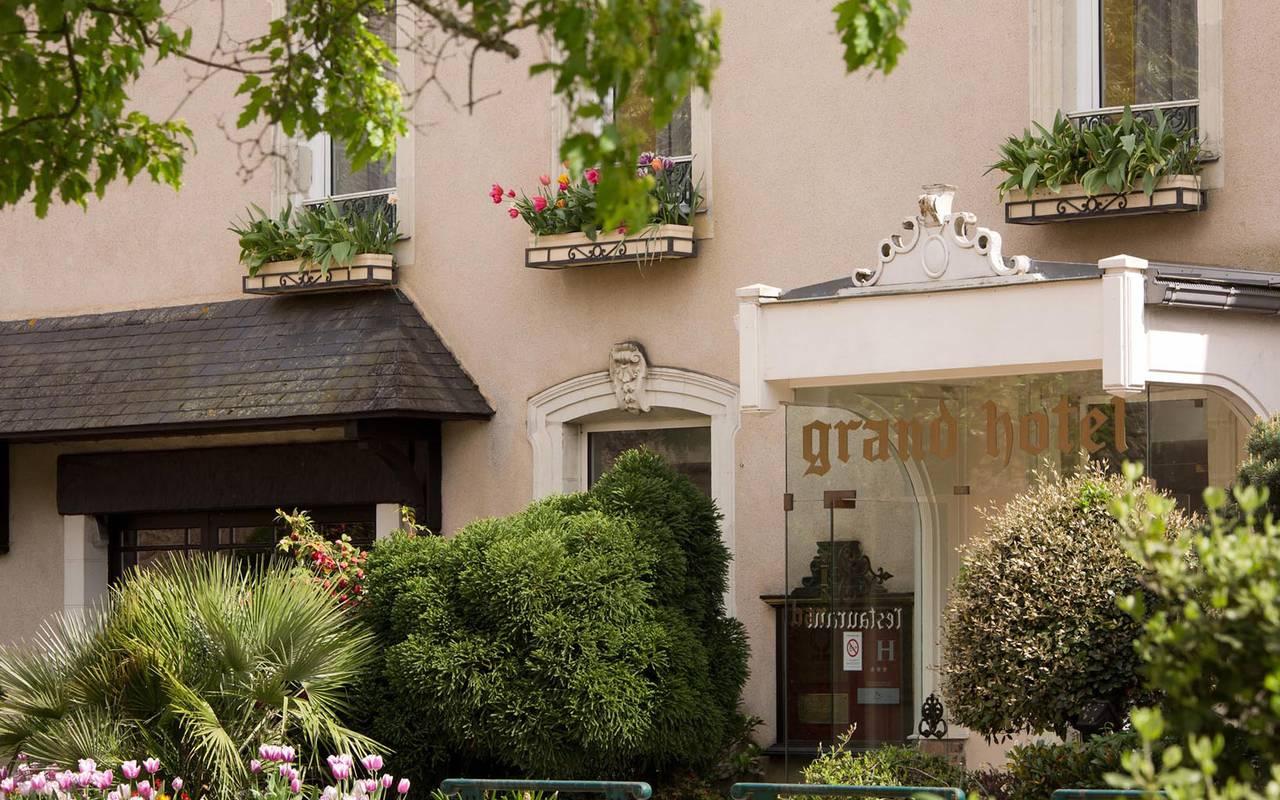 Entrée fleurie du Grand Hôtel de Solesmes
