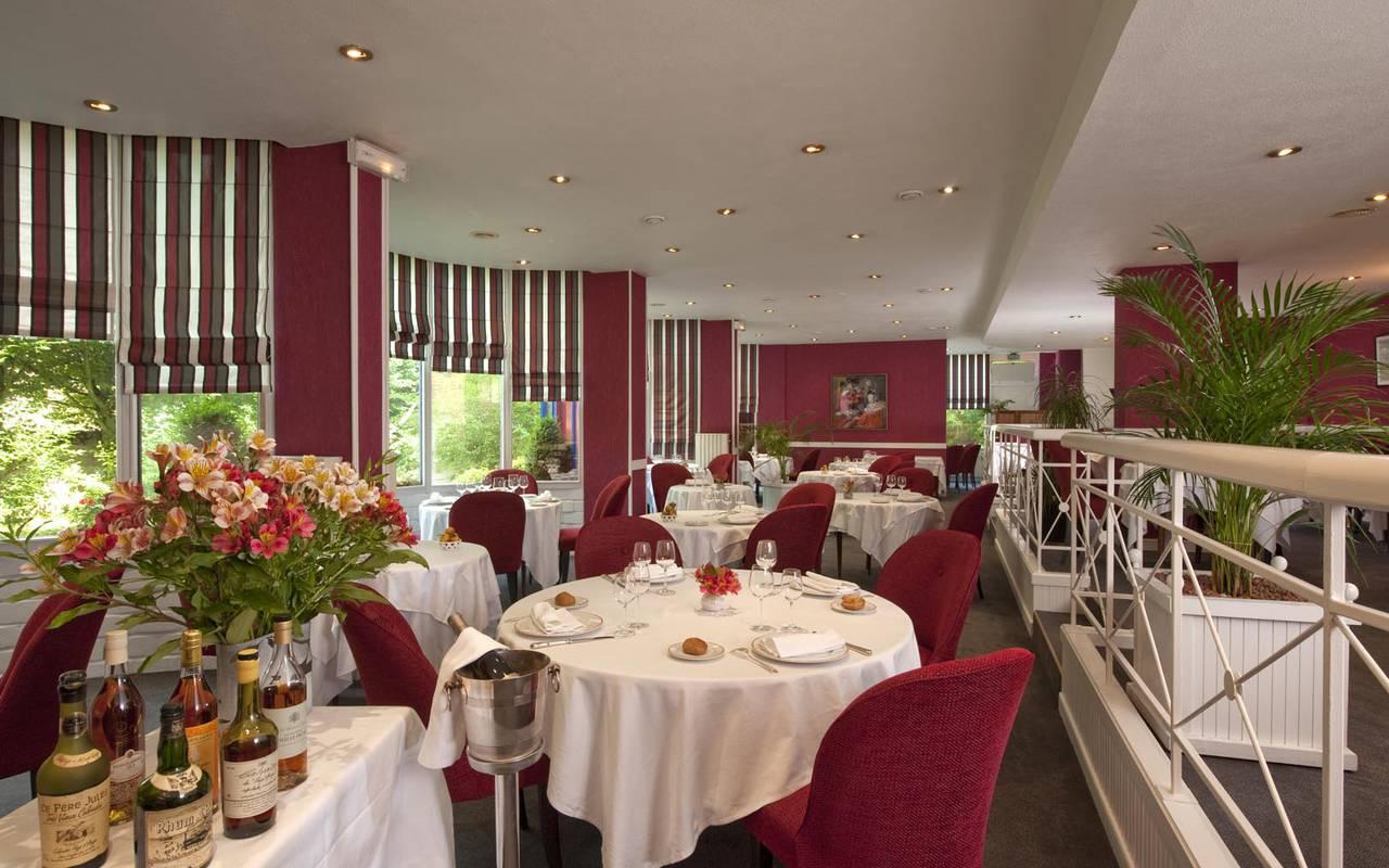 Salle décoration rouge restaurant loire