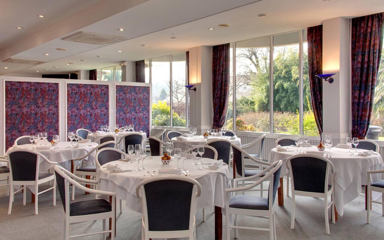 Tables blanches du restaurant séminaire sarthe