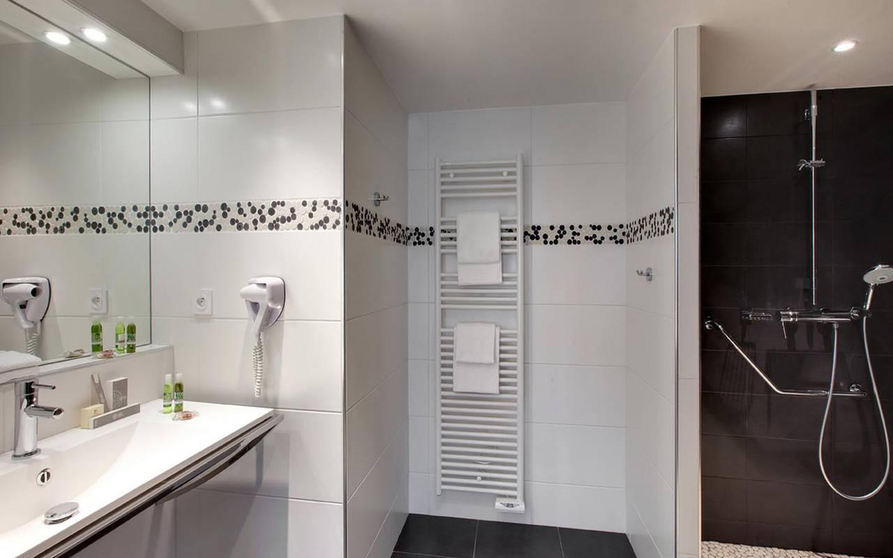 Grande salle de bain hôtel Sarthe