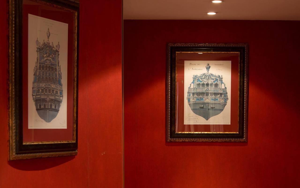 Tableaux du mur rouge de l'Hôtel Pays de la Loire